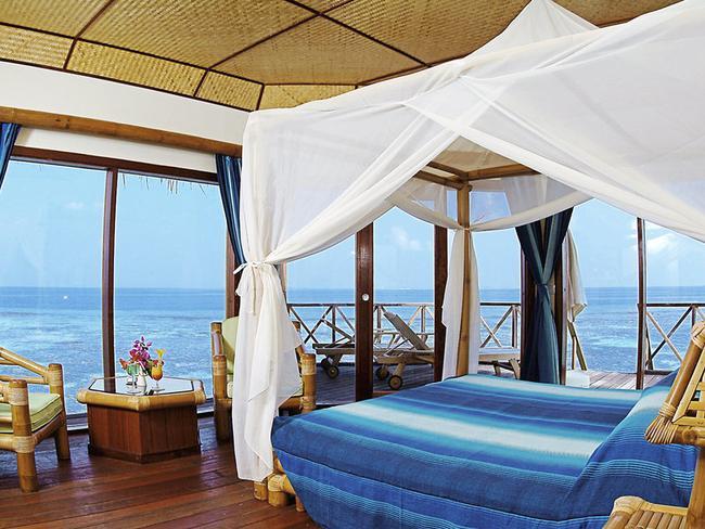 Thulhagiri Island resort - vodní bungalov, pokoj